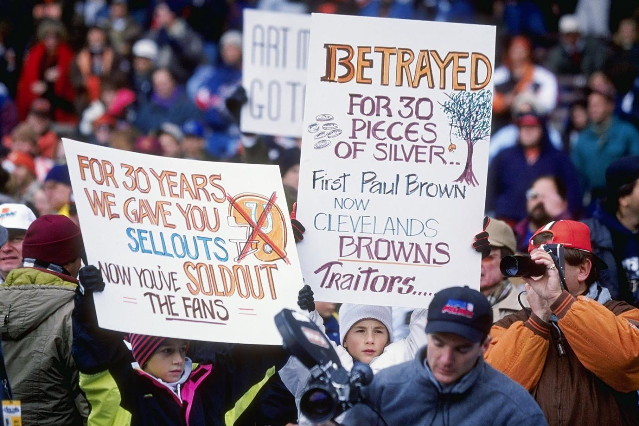 1995-1105-Cleveland-Browns-fan-signs-GettyImages-294814_master